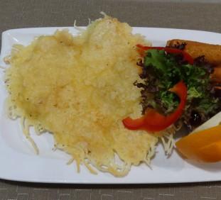 Csirkemellfilé ropogós sajtos kéregben forró meggymártással, burgonyaropogóssal