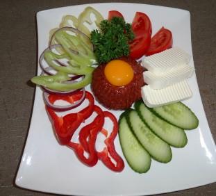 Tatárbifsztek zöldségekkel, pirítóssal